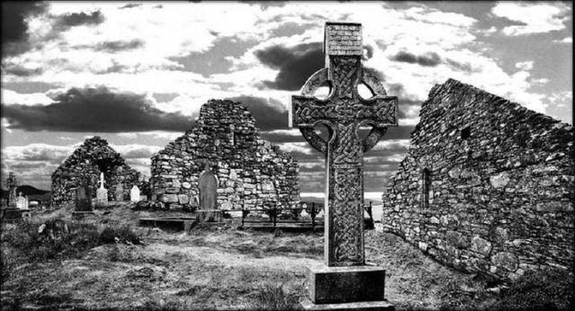 d78fb75fc71f44d96ef837b78caacfe7-celtic-crosses-ruins